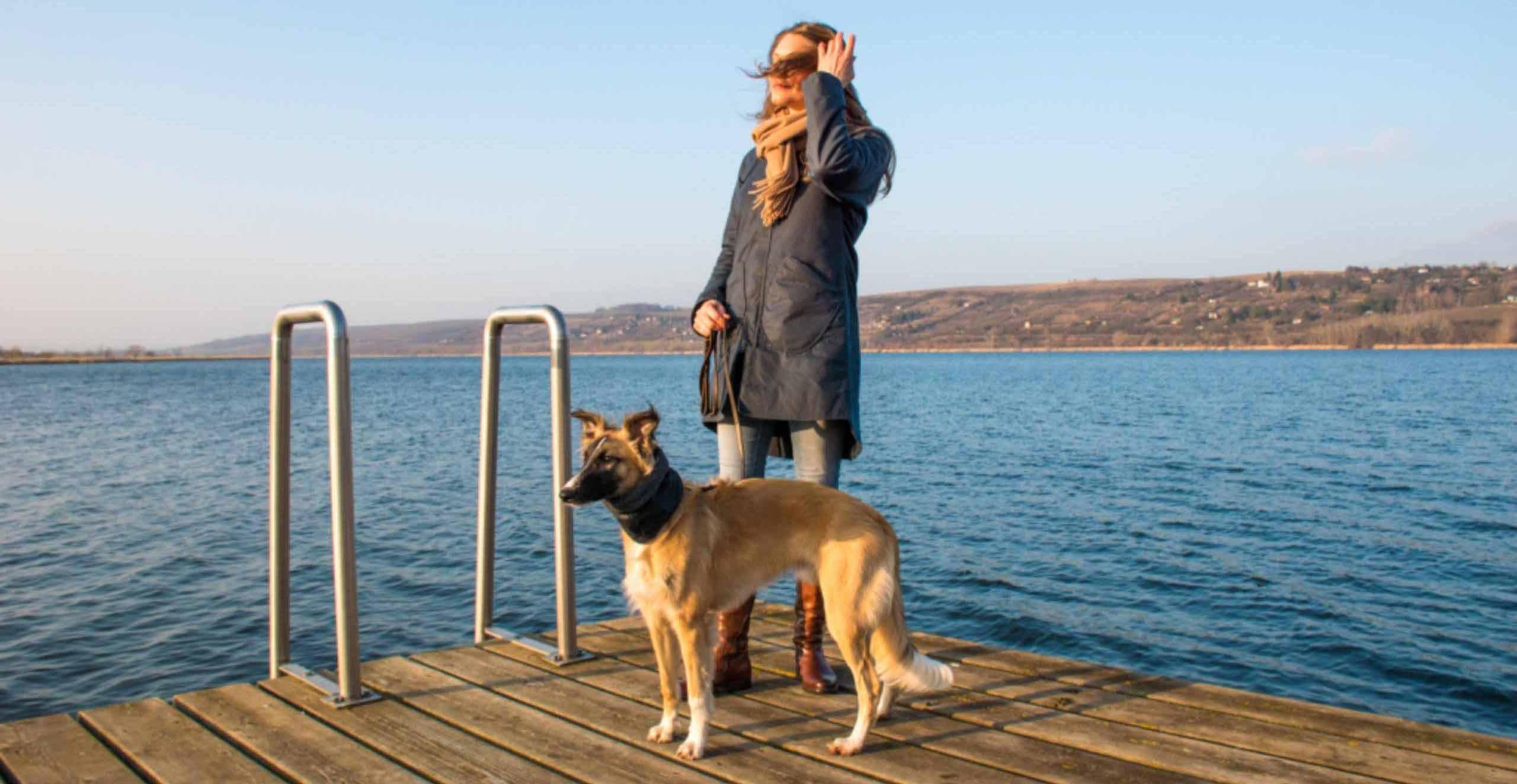 Hund und Frau im Partnerlook
